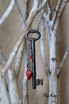 Red Heart Necklace - Antique Skeleton Key Necklace - Charm Necklace I LOVE this! Diy Schmuck, Schmuck Design, Skeleton Key Jewelry, Skeleton Keys, Skeleton Key Crafts, Leather Pearl Necklace, Necklace Charm, Collar Necklace, Boho Necklace