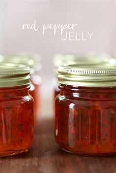 Red Pepper Jelly - how to make red pepper jelly; plus easy appetizer recipe! Onion Jelly Recipe, Jalapeno Jelly Recipes, Pepper Jelly Recipes, Red Pepper Jelly, Antipasto Recipes, Easy Appetizer Recipes, Jam Recipes, Canning Recipes, Marmalade