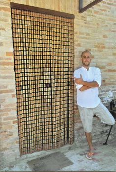 Per realizzare una tenda con tappi di sughero, idea creativa e originale utilizziamo dei ganci a vite con occhiello e un listello di legno. Wine Cork Art, Wine Bottle Art, Wine Cork Crafts, Wine Corks, Wood Burning Kits, Wine Cork Ornaments, Wine Cork Projects, Diy Bar, Home Room Design