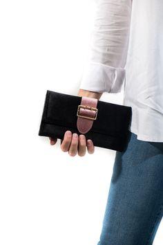 Monedero de terciopelo con cinta en rosa o rojo para ir a la última este invierno.