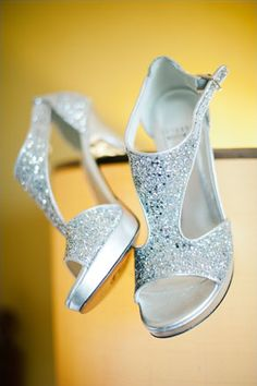 Check out those bridal shoes! Photography: Adam Nyholt #wedding #shoes #glitter