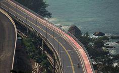 Estrada costeira e trecho de ciclovia no Joá, na barra da Tijuca, cidade do Rio de Janeiro, estado do RJ, Brasil. Fotografia: Ricardo Borges / Folhapress.  http://www1.folha.uol.com.br/cotidiano/2016/04/1756975-ciclovias-dao-ao-rio-de-janeiro-novas-vistas-para-o-mar.shtml