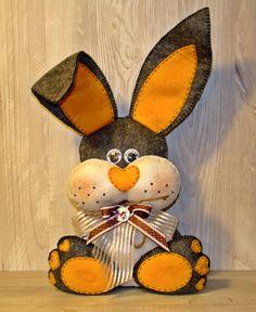 Coniglietto in feltro morbido di AlkimyaJewelryBags su Etsy Easter Crafts, Felt Crafts, Holiday Crafts, Etsy Handmade, Handmade Crafts, Happy Easter, Easter Bunny, Button Hole Stitch, Holiday Crochet