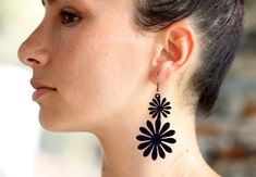 These are laser cut flower earrings made from vegetable tanned cowhide leather. Leather part is about 2 inches and its width is 1 in the largest part. Best Christmas Gifts, Christmas Fun, Leather Earrings, Daisy, Trending Outfits, Unique Jewelry, Tattoos, Handmade Gifts, Flowers