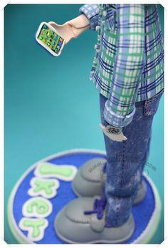 Este es Iker, un fofucho personalizado con vaqueros y camisa pintada a mano. Con su reloj y su móvil  www.xeitosas.com