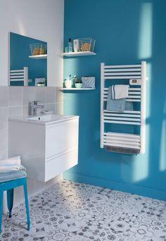 La soufflerie de ce sèche-serviettes électrique vous apportera rapidement la température souhaitée dans votre salle de bain. Son design simple lui permettra de s'intégrer dans n'importe quelle décoration. / Castorama #secheserviettes #radiateur
