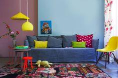 De vloer en muren zijn ingetogen van kleur, het zijn hier de accessoires die knallen.