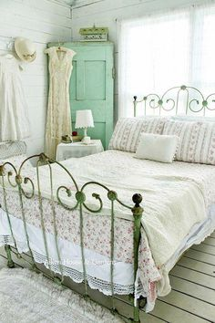 The bedroom should be warm, welcoming and tranquil. Shabby chic bedroom style can make this possible. Having a focal point is key to creating a shabby chic bedroom. Bedroom Vintage, Shabby Bedroom, Girls Bedroom, Vintage Beds, Vintage Decor, Master Bedroom, Cozy Bedroom, Aqua Bedrooms, Vintage Stil