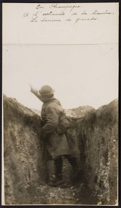 WWI, Throwing grenades from the end of the trench. -Normannia - Photos détail