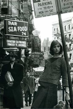 In 1962 legendary swinging British photographer David Bailey went on his first foreign assignment to New York. He had been commissioned by British Vogue to photograph his model girlfriend Jean Shrimpton for an editorial fashion spread. Jean Shrimpton, Julie Christie, Fashion Shoot, Editorial Fashion, Fashion Models, Style Fashion, Vogue Editorial, Fashion Black, Trendy Fashion