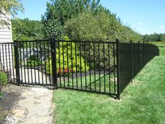 How to Install Welded Wire Fence with T-posts. How to Install Welded Wire Fence with T-posts. Pool Fence, Backyard Fences, Fence Design, Garden Design, Aluminum Driveway Gates, Steel Fence Posts, Free Solar Panels, Welded Wire Fence, Fence Options
