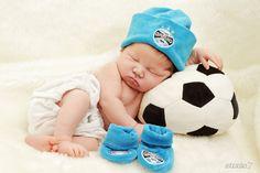 Born Baby Photos, Monthly Baby Photos, Baby Boy Pictures, Newborn Pictures, Newborn Photography Poses, Newborn Baby Photography, Soccer Baby, Baby Elephant Nursery, Newborn Photo Outfits