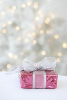 Simple pink Christmas gift wrap idea / Pink presents Noel Christmas, Merry Little Christmas, Pink Christmas, Christmas Colors, Winter Christmas, Christmas And New Year, Vintage Christmas, Christmas Decorations, Gift Boxes