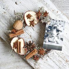 Doplňte svoju vianočnú výzdobu niečim autentickým. Christmas Wreaths, Christmas Decorations, Christmas Decor, Christmas Tables, Christmas Jewelry