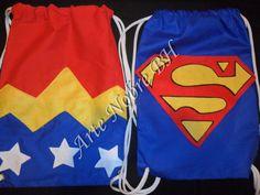 MOCHILA SUPER HEROIS MULHER MARAVILAHA E SUPER MEN <br>Confeccionada em tecido algodão, APLIQUES COSTURADOS em feltro. <br>PEDIDO MINIMO 20 UNIDADES. <br>TAMANHO: 35X25CM