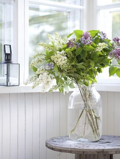 white wood porchy sort of place with lilacs (Glass vase) Summer Flowers, Beautiful Flowers, Flowers For Algernon, Welcome Flowers, Flower Arrangements Simple, Natural Garden, Deco, Flower Pots, Planting Flowers