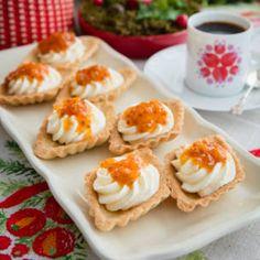 Servera de lyxiga mandelmusslorna ofyllda, så att var och en kan göra sin egen bakelse med grädde och hjortron. Mandelmjöl finns att köpa i välsorterade livsmedelsbutiker.