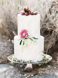 Bohemian wedding cake | Photo by  Whiskers and Willow Photography  | Read more -  http://www.100layercake.com/blog/wp-content/uploads/2015/04/Desert-wedding-inspiration