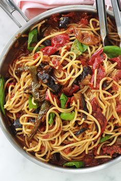 Pâtes sauce tomates, aubergine et poivrons Here is a very simple variant of pasta with tomato sauce: Easy Pasta Recipes, Spinach Recipes, Veggie Recipes, Healthy Dinner Recipes, Crockpot Recipes, Healthy Food, Cherry Tomato Sauce, One Pot Pasta, Kitchens