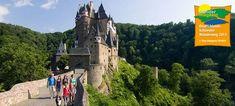 Eltzer Burgpanorama: Burg Eltz mit Wanderern