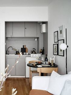 Another inspiring small studio home that doesn't make any sacrifices to style. I love the subtile white sofa, the beige bedding and the small round dining table in the kitchen area. The bed becomes part of the living room and … Continue reading → Apartment Interior, Apartment Kitchen, Small Apartment Interior, Apartment Decor, Small Spaces, Home, Small Studio Apartment Design, Home Decor, Studio Interior