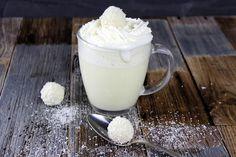 Diese heiße, weiße Schokolade lädt zum Wohlfühlen nur so ein! Durch die Raffaello wird es lecker cremig und nussig und macht einen Wühlfühl Nachmittag auf der Couch geradezu perfekt.   …