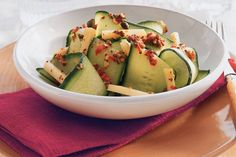 Kijk wat een lekker recept ik heb gevonden op Allerhande! Komkommersalade met gemarineerde geitenkaas
