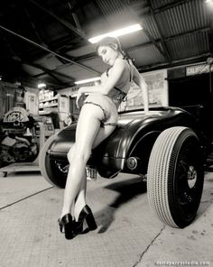 vintage cars and sexy ladies in pinup style! LOVE IT!