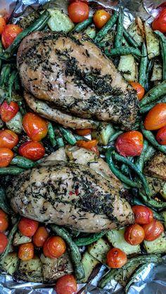 Pollo en soja y miel asado con papas, cherries y chauchas.
