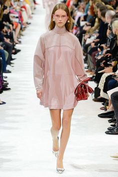 Valentino Spring 2018 Ready-to-Wear  Fashion Show - Julie Hoomans