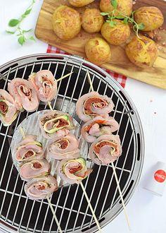 Grillowane ślimaki (zawijaski) z kurczaka, cukinii i szynki z suszonymi pomidorami  - etap 7 Grill Party, Bbq Grill, Kabobs, Sausage, Bacon, Bakery, Food And Drink, Lose Weight, Cooking Recipes