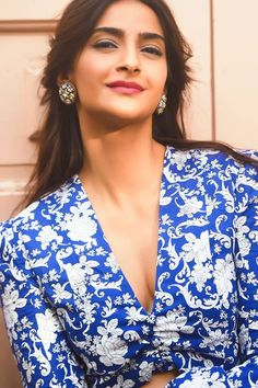Indian Bollywood Actress, Bollywood Girls, Beautiful Bollywood Actress, Most Beautiful Indian Actress, Beautiful Actresses, Indian Actresses, Bollywood Actors, Sonam Kapoor Hairstyles, Engagement Hairstyles