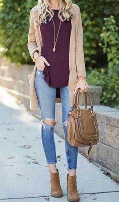 Blusa guinda, pantalon claro viejo, zapatos cafes, sueter beige.