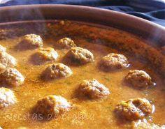 Tajine de kefta - Los tajines son unos de los platos más conocidos de la cocina marroquí y entre ellos destacan el tajine de pollo al limón, el tajine de ternera o cordero con ciruelas y almendras y, por último, el tajine de kefta. Este último es el que más se cocina en casa y los otros dos se reservan más... - http://www.lasrecetascocina.com/2011/09/24/tajine-de-kefta/