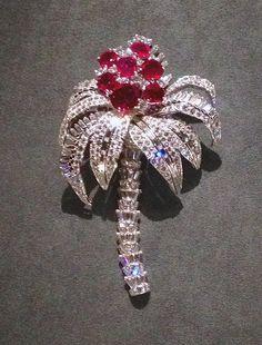 BROCHE CARTIER PARIS «Palmier» 1957 En Platine et or blanc sertie de diamants taille brillant et baguette, de 7 Rubis Birmans de forme coussin pour un poids totale de 23,10 … © ejcw espritjoaillerie.com