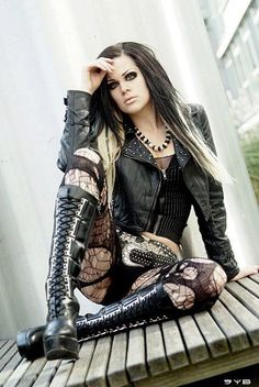 Top Gothic Fashion Tips To Keep You In Style. As trends change, and you age, be willing to alter your style so that you can always look your best. Consistently using good gothic fashion sense can help Hot Goth Girls, Punk Girls, Alternative Mode, Alternative Fashion, Goth Beauty, Dark Beauty, Dark Fashion, Gothic Fashion, Style Fashion