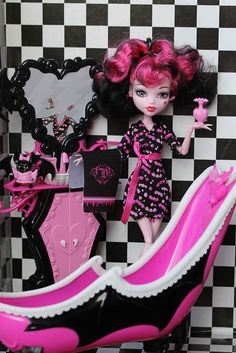 Draculaura cleaning her bathroom after work Monster High Dolls, Monster 2, Monster High School, Ever After Dolls, Play Barbie, Toys Photography, My Little Pony, I Am Awesome, Minnie Mouse