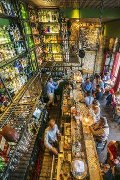 Interior del Varsovia Cocktail Bar, en Gijón.