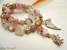 *Zauberhafter Blickfang:*  Elegante kurze Kette aus Rosenquarz-, Jade- und Achatperlen verziert mit Metallelemten die eine Rosegoldlegierung haben.