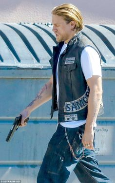 Sons Of Anarchy star Charlie Hunnam was seen on Tuesday sweating bullets on the L. set of the hit drama as he tried to film scenes in his hot leather waistcoat. World Handsome Man, Handsome Jack, Jackson Teller, Sons Of Anarchy Motorcycles, Sons Of Anarchy Samcro, Charlie Hunnam Soa, Bad Boy Aesthetic, Jax Teller, Japanese Street Fashion