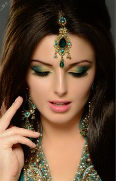 Beautiful, elegant with its own National Flavour. Posted by Sifu Derek Frearson Indian Bridal Makeup, Asian Bridal, Beautiful Girl Indian, Beautiful Eyes, Black And Silver Eye Makeup, Arabian Makeup, Bridal Makeup Looks, Eye Make Up, Bridal Make Up
