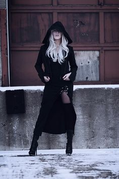 totally hot black on black Gothic style, love the leg and blond hair. she is beautiful and stylish. Dark Beauty, Gothic Beauty, Gothic Chic, Dark Fashion, Gothic Fashion, Fashion Shoes, Mode Sombre, Looks Style, My Style