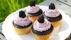Chocolate & Blueberry Cream Cup Cake Recipe - طريقة عمل كب كيك الشوكولاتة مع كريمة التوت الاسود