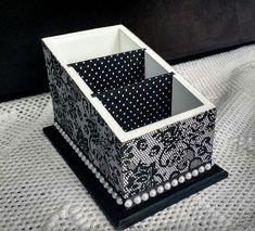Porta controles remoto com 3 compartimentos    Decorado nas cores preta e branca, com revestimento em tecido impermeabilizado na parte externa e nas divisórias internas.  Aplique de meia pérola em toda a volta da base.    Um item bonito e elegante para decorar e organizar o lar. Decoupage Furniture, Decoupage Box, Ceramic Boxes, Wooden Boxes, Altered Boxes, Painted Boxes, Cardboard Crafts, Diy Box, Small Boxes