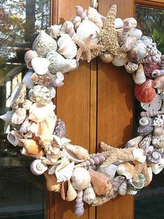 Best DIY Summer Wreath Ideas to Make Your Front Door Express Happy Vibes - Hike n Dip - - Here are the best DIY Summer Wreath Ideas that will help you in your summer front door decorations. Get the tutorial from these DIY Wreath ideas right now. Seashell Wreath, Seashell Art, Seashell Crafts, Beach Crafts, Coastal Wreath, Coastal Decor, Seashell Projects, Diy Décoration, Summer Wreath