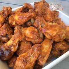 Para servir estas alitas de pollo barbacoa puedes colocarlas en un bol una vez fritas u horneadas, regar con unas cucharadas de la salsa y mezclar bien