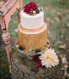 Fall-themed wedding cake with fresh flowers and berries #weddingcake #cake #gold #fall #fallwedding