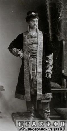 Мичман Гвардейского экипажа С.И.Мальцов в костюме боярина XVII века.