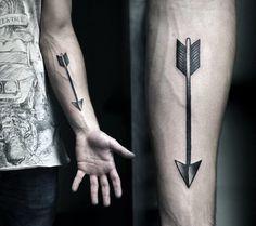 Tatuagem Masculina no Braço - Flecha em Pontilhismo e Blackwork