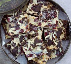 YES - ziet er echt lekker uit - Annabel-Langbein-Choconut-Slice-hero. Just Desserts, Dessert Recipes, Dessert Bars, Chocolate Slice, Chocolate Cookies, Sweet Recipes, Easy Recipes, Kiwi Recipes, Biscuit Recipe
